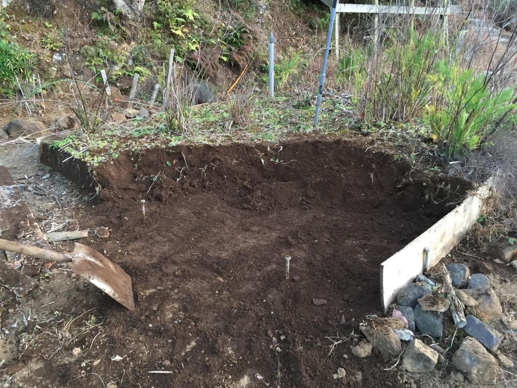 廃止にした花壇の土を他の花壇に運ぶ。未だ2割位の完成度。